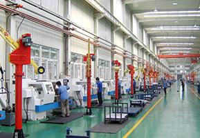 厂内生产车间工作场景图